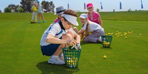 Barn som spelar golf.