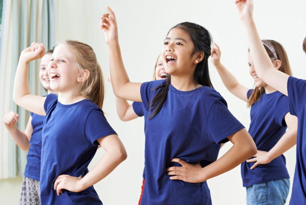 En grupp barn som dansar.