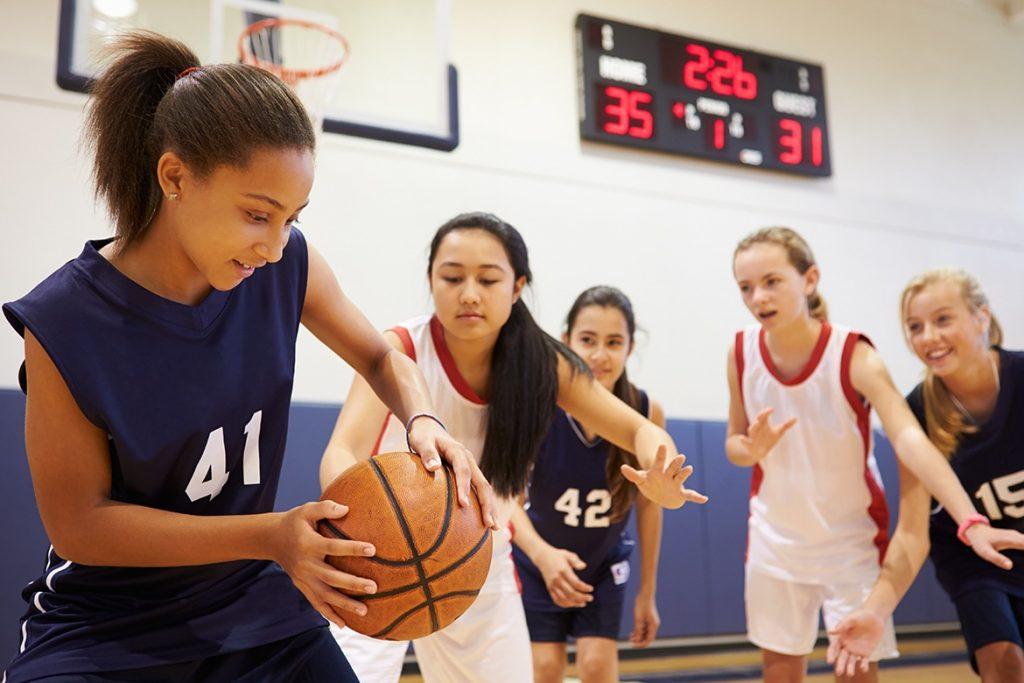 Tjejer som spelar basket