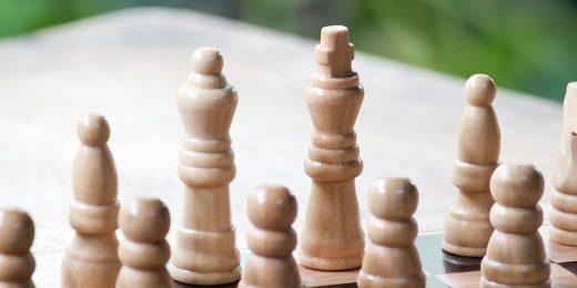 Schackbräde med schackpjäser