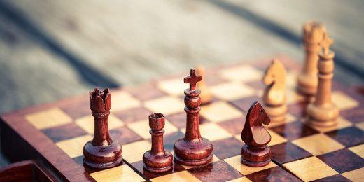 Ett brunt/beiget schackbräde
