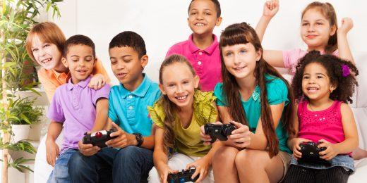 Barn som spelar tv-spel tillsammans.