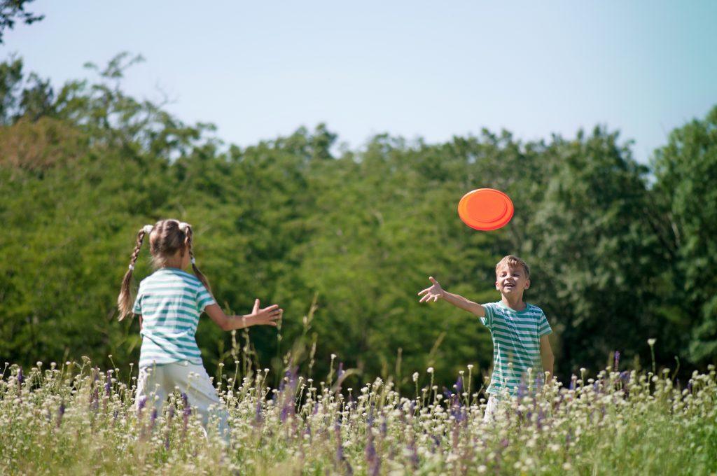 Barn som spelar frisbee.