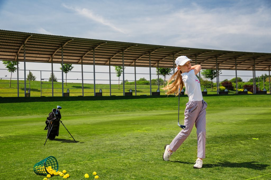 Tjej som spelar golf.