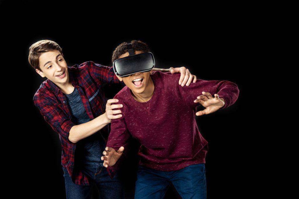 Två killar som testar VR.