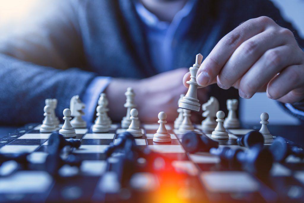 Person som spelar schack.