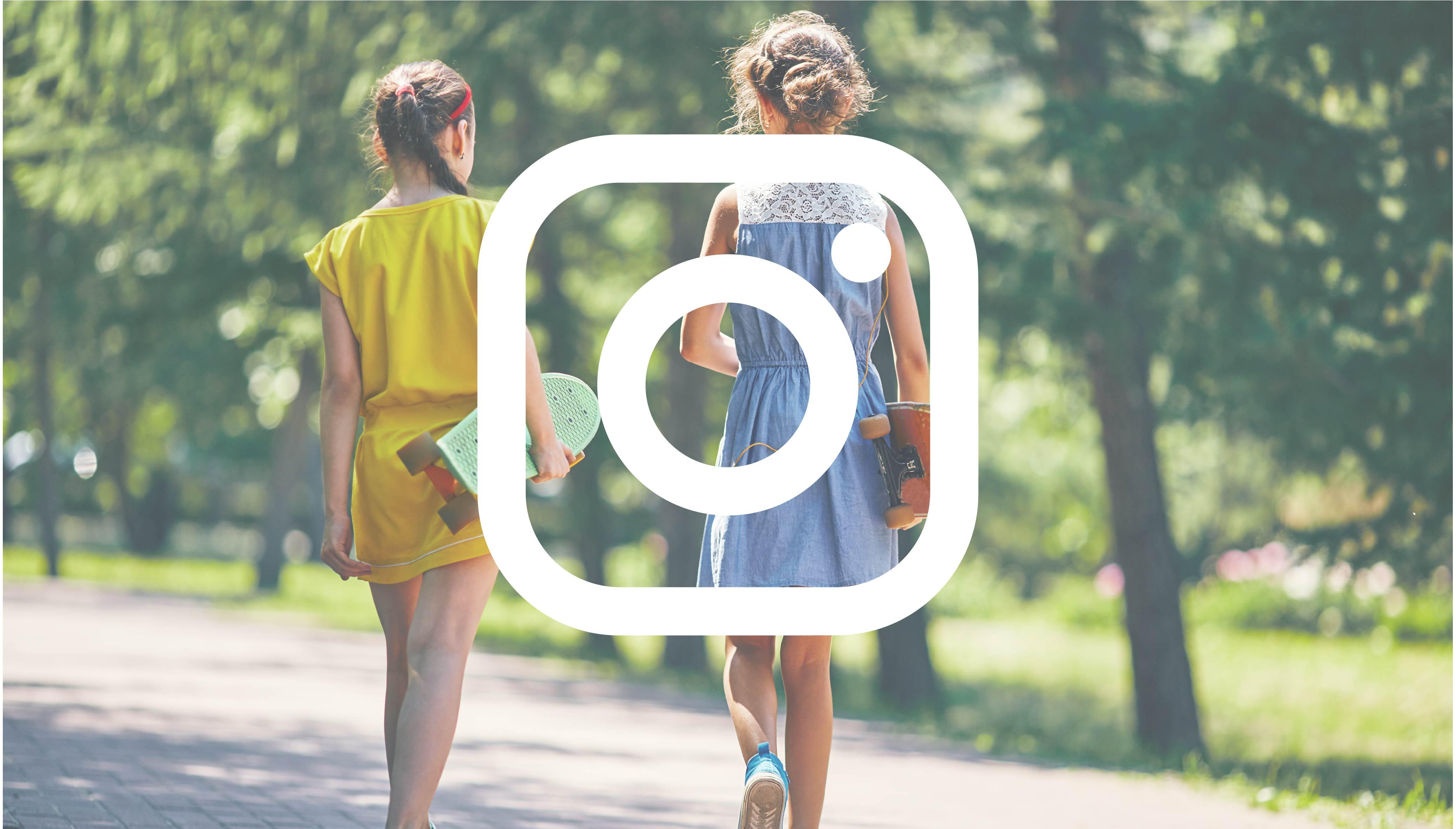 Bild med två tjejer med skateboards i grönska med instagram logotypen ovanpå