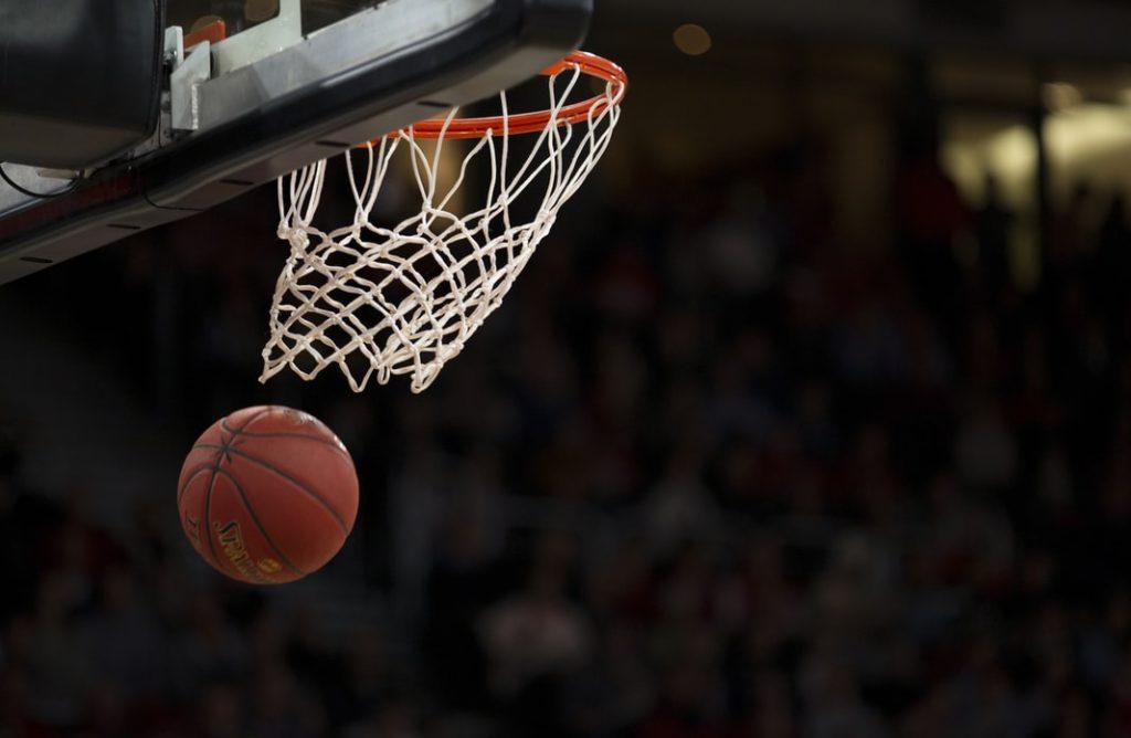 Basketboll och en basketkorg.