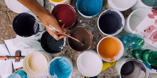 Målarbukar med färg i.