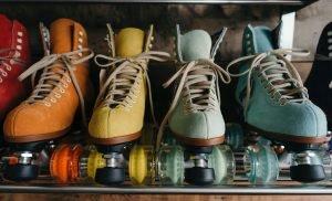 Rullskridskor i olika färger.