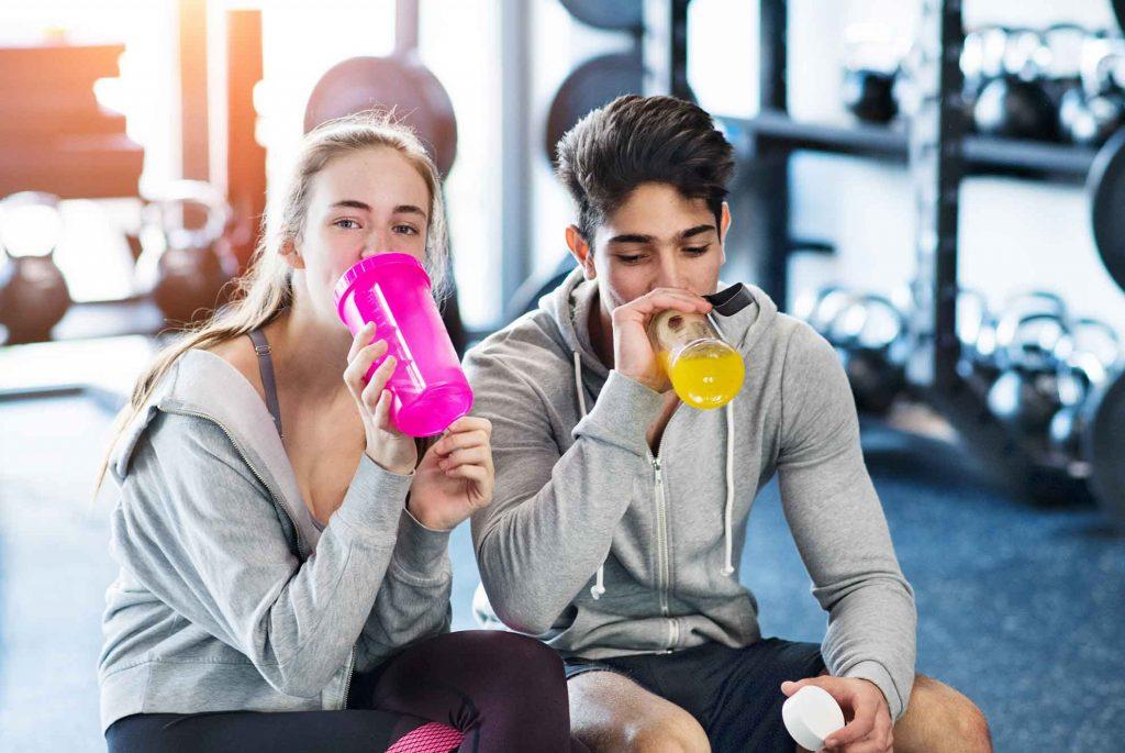 Två ungdomar som sitter på ett gym.