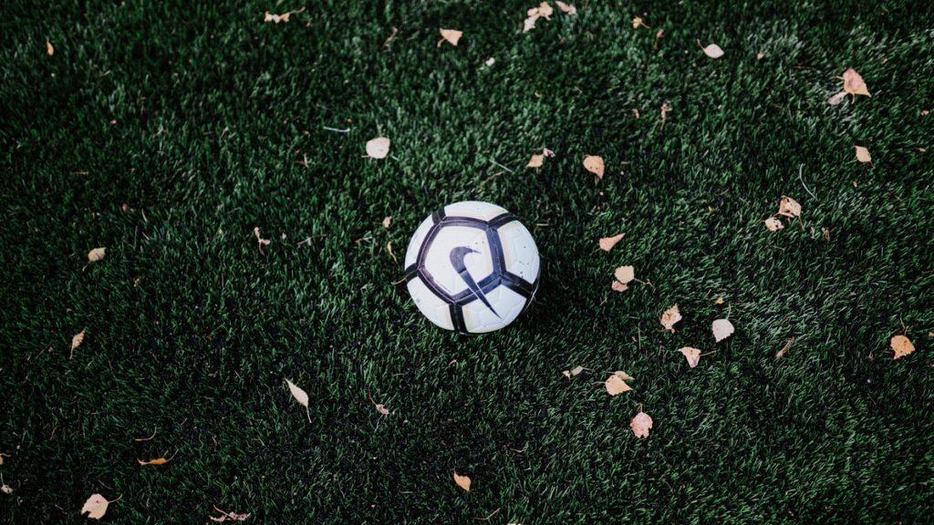 En fotboll som ligger på en gräsplan.