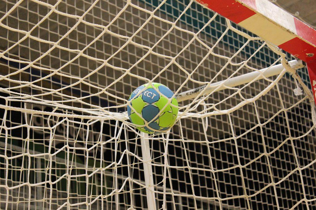 Handboll. En boll som ligger vid målet.