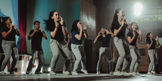 En grupp barn/ungdomar som dansar.