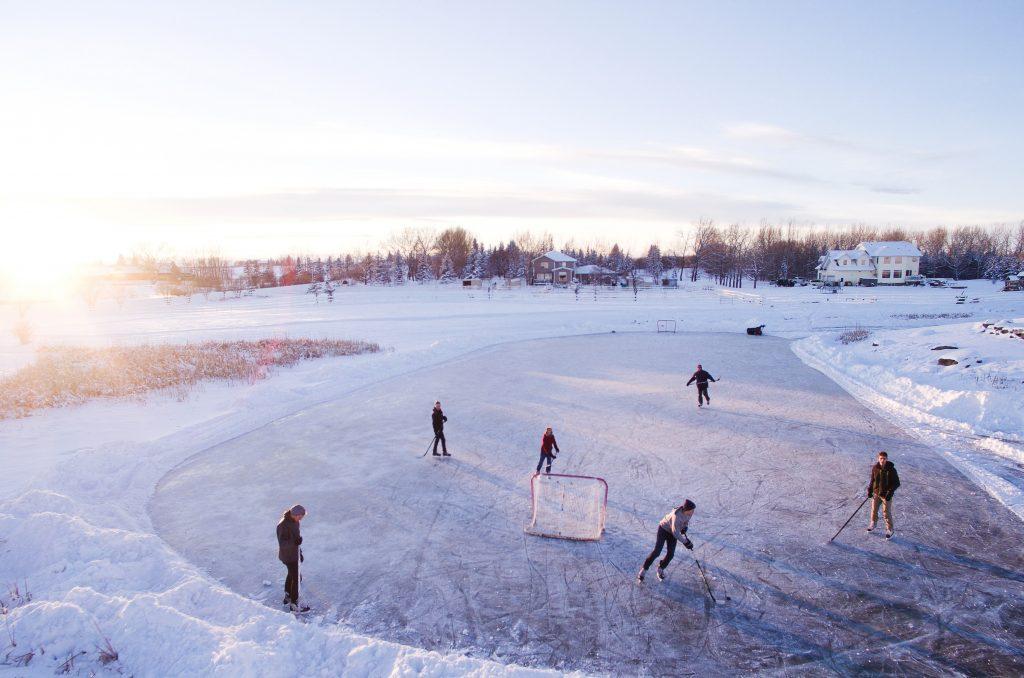 personer som spelar ishockey utomhus på isen
