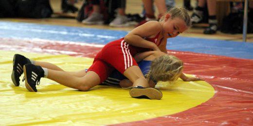 två tjejer som brottas.