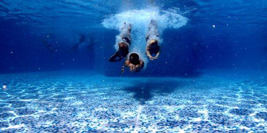 personer som simmar under vattnet
