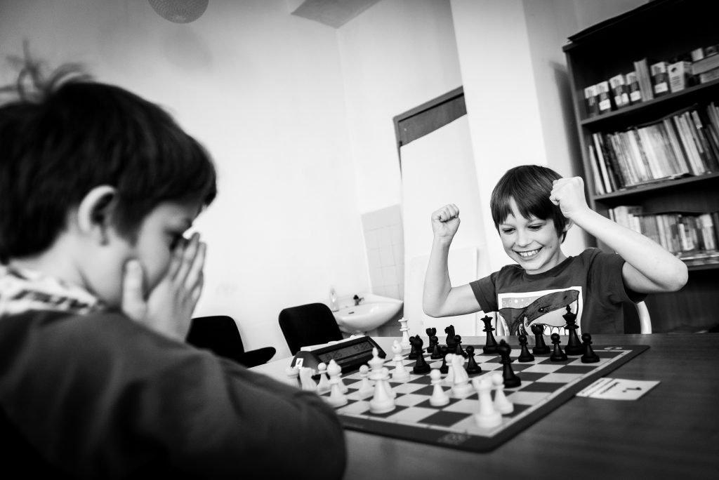 Två pojkar som spelar schack.