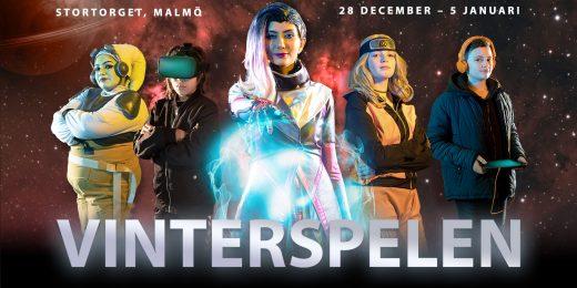 Vinterspelens affisch med personer som är utklädda till rymdvarelser.