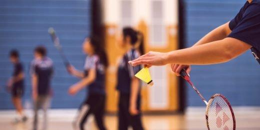 Ungdomar spelar badminton.
