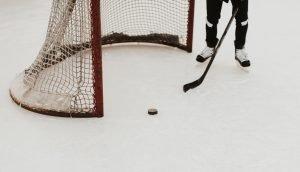 En person som spelar ishockey