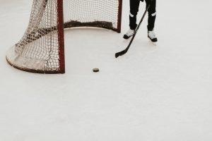 en person som spelar hockey.