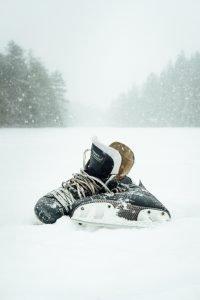 skridskor som ligger i snön.