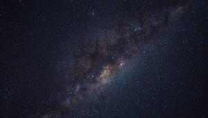 En bild från rymden, mök blå bakgrund med stjärnor på