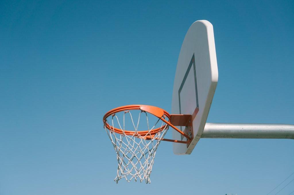 En basketkorg med blå himmel som bakgrund