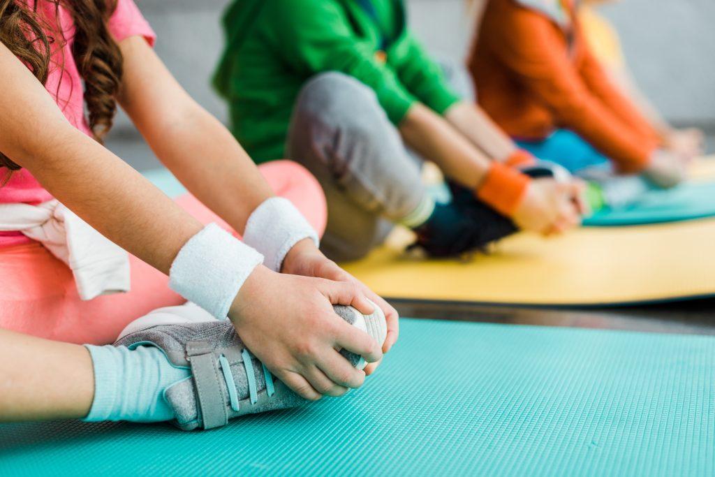 Barn som sitter och tränar.