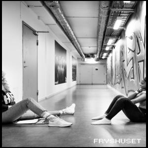 Bild från fryshuset. två tjejer som sitter på golvet.