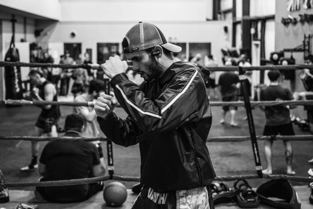 Kille som är redo för att boxas.