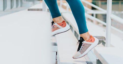 Person som tränar utomhus i trappor