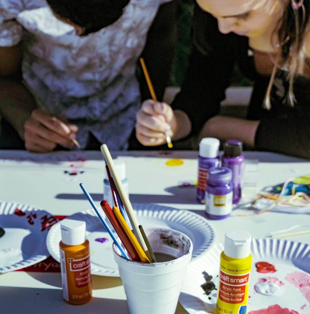 Två tjejer som målar.