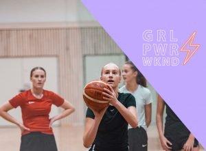 En tjej som precis ska kasta en basketboll i korgen medan två tjejer står bakom och tittar på