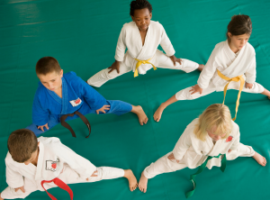 Barn som har på sig Taekwondo dräkt.