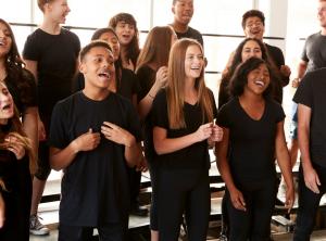 Ungdomar som övar på en musikal.