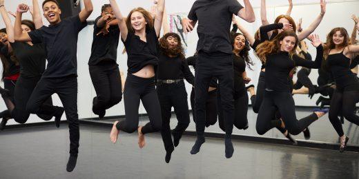 En grupp killar och tjejer som hoppar och dansar