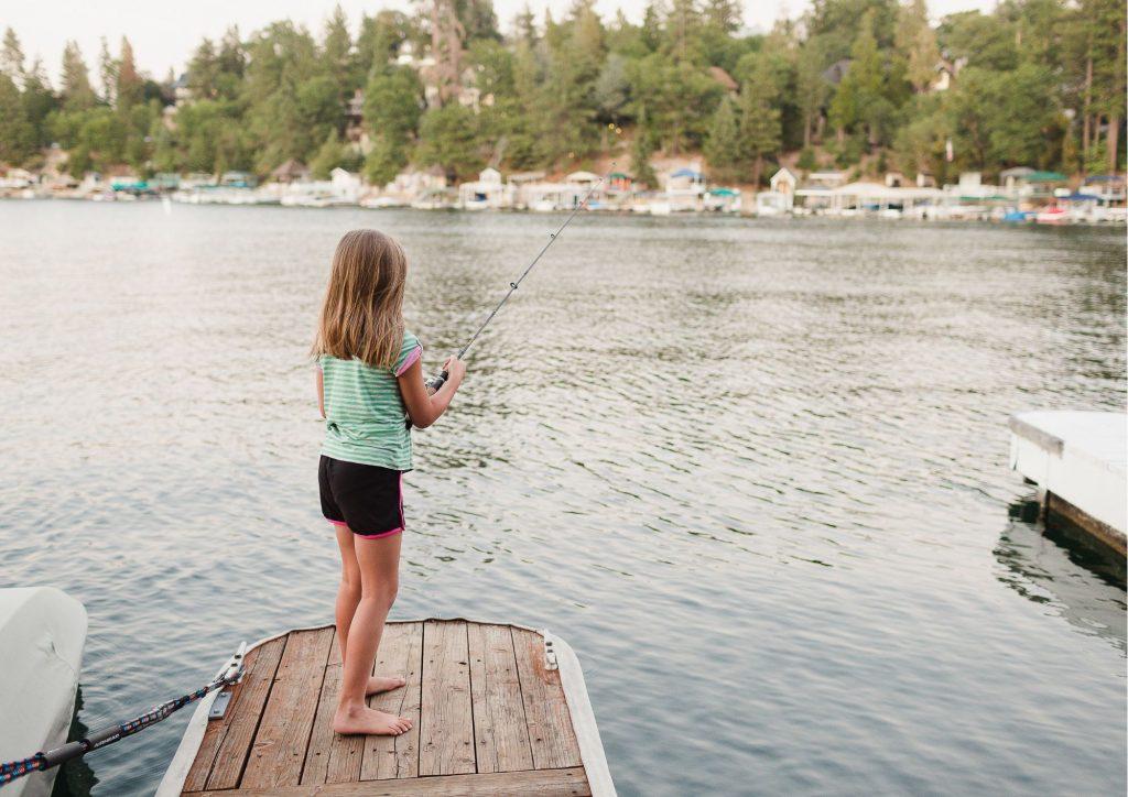 Tjej som står och fiskar.
