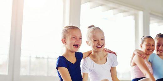 Två barn som skrattar.