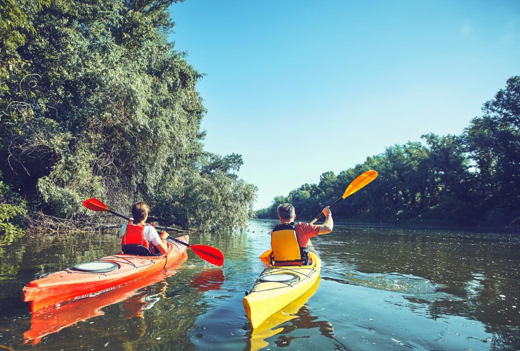Två personer i vars en kanot