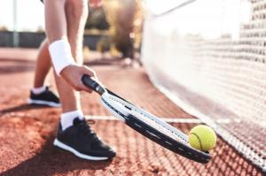 Person som håller tennisrack med tennisboll utomhus i Malmö