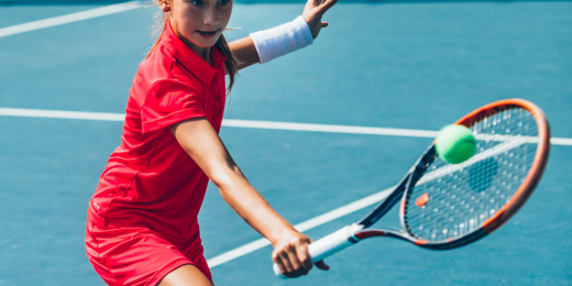 Tjej som spelar tennis.
