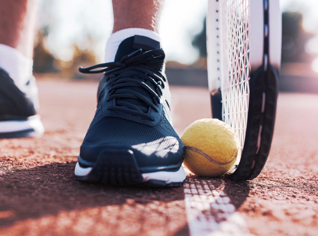 Tennisrack och boll.