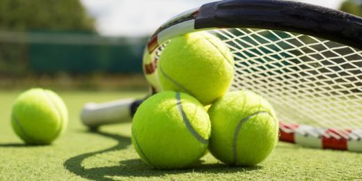 Tennisbollar och ett rack.