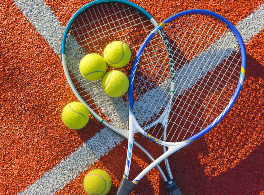 Tennisrack och bollar.