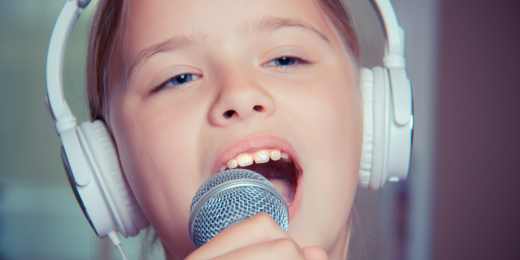 Person som sjunger i mikrofon