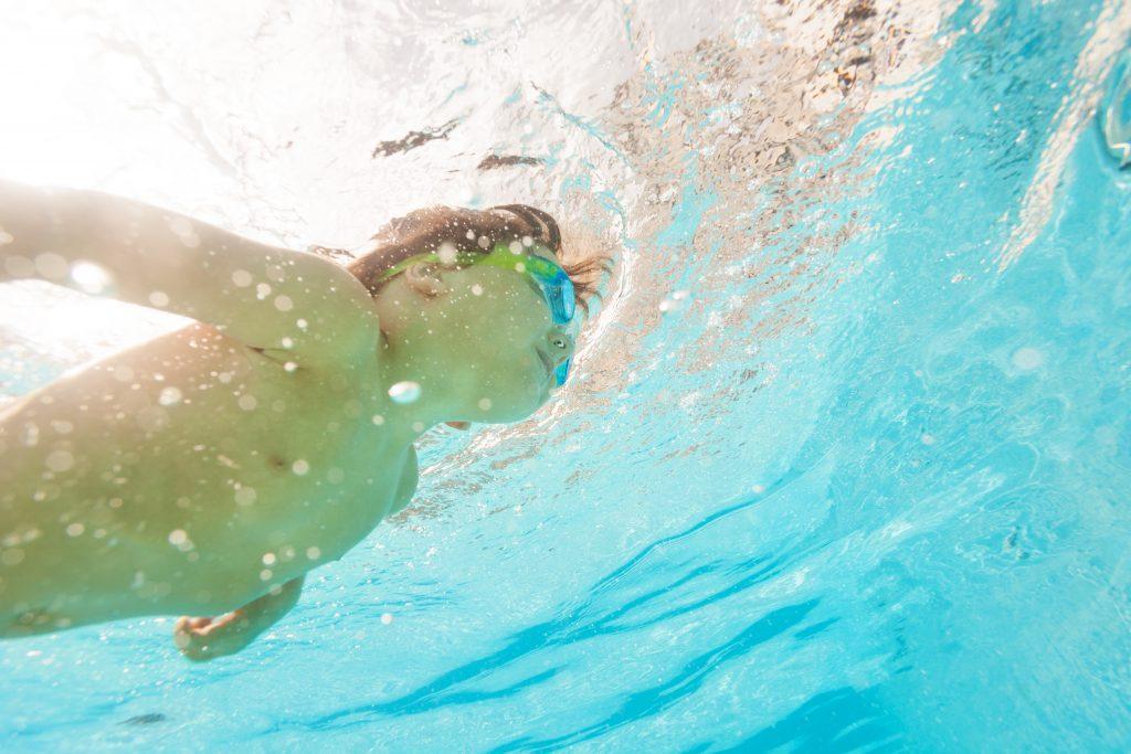 En kille som simmar.