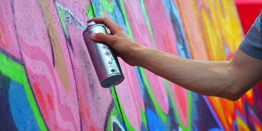 Person som målar graffiti.