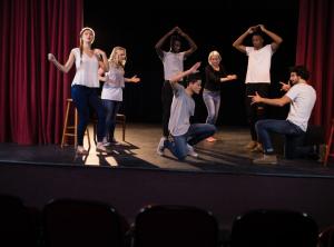Barn som agera på en scen.